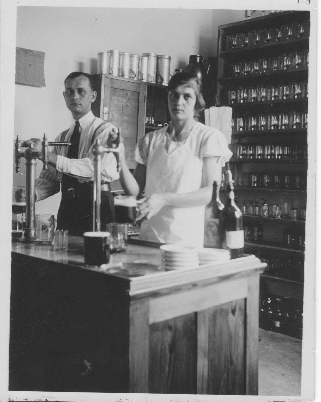 Prejzkovi ve výčepu 1935